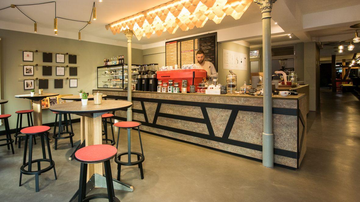 Rösttrommel Café Erlangen Stehtische vor Tresen – Forbo Marmoleum Vivace