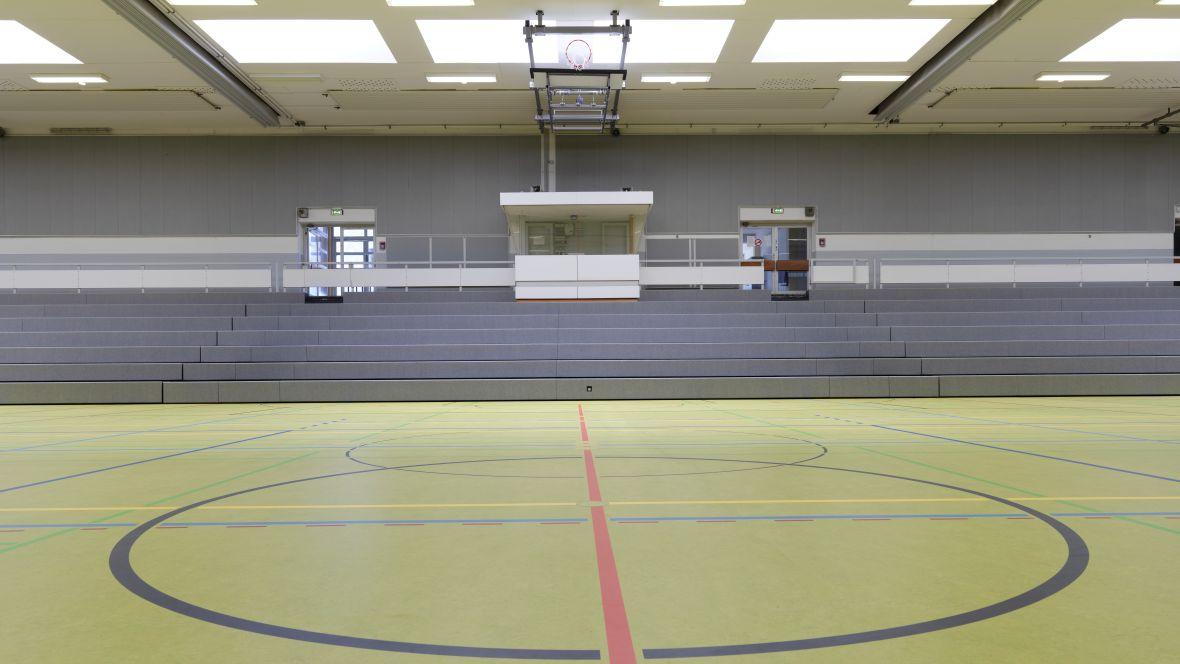 Sporthalle Geseke Blick auf Tribüne – Forbo Marmoleum Sport
