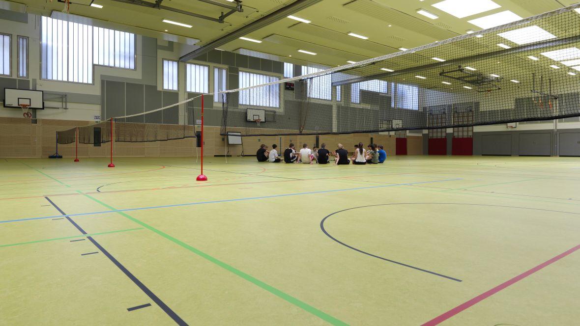 Sporthalle Geseke Jugendliche auf Hallenboden – Forbo Marmoleum Sport
