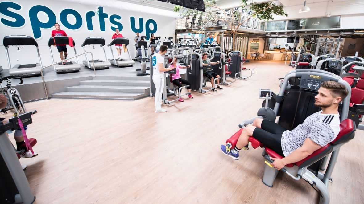 Sports Up Wiesbaden Personen an Fitnessgeräten – Forbo Allura Flex Wood