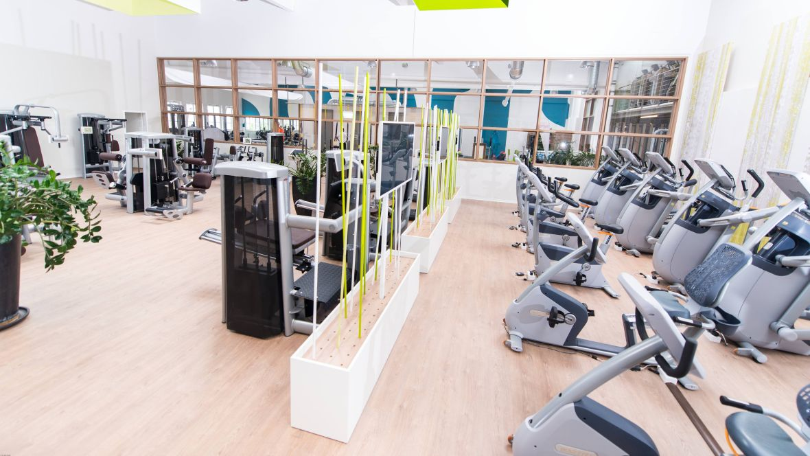 Sports Up Wiesbaden Sportgeräte im Fitnessstudio – Forbo Allura Flex Wood
