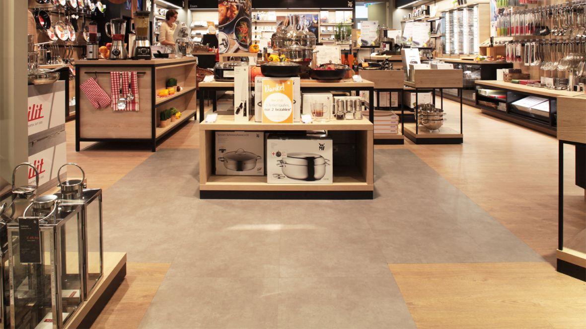 WMF Shop im OEZ München Nahaufnahme Fußboden – Forbo Allura Wood