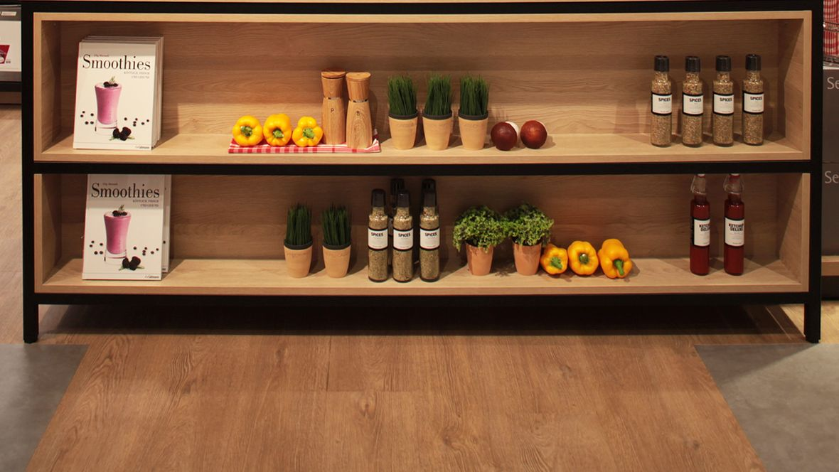 WMF Shop im OEZ München Regal mit Produkten – Forbo Allura Wood