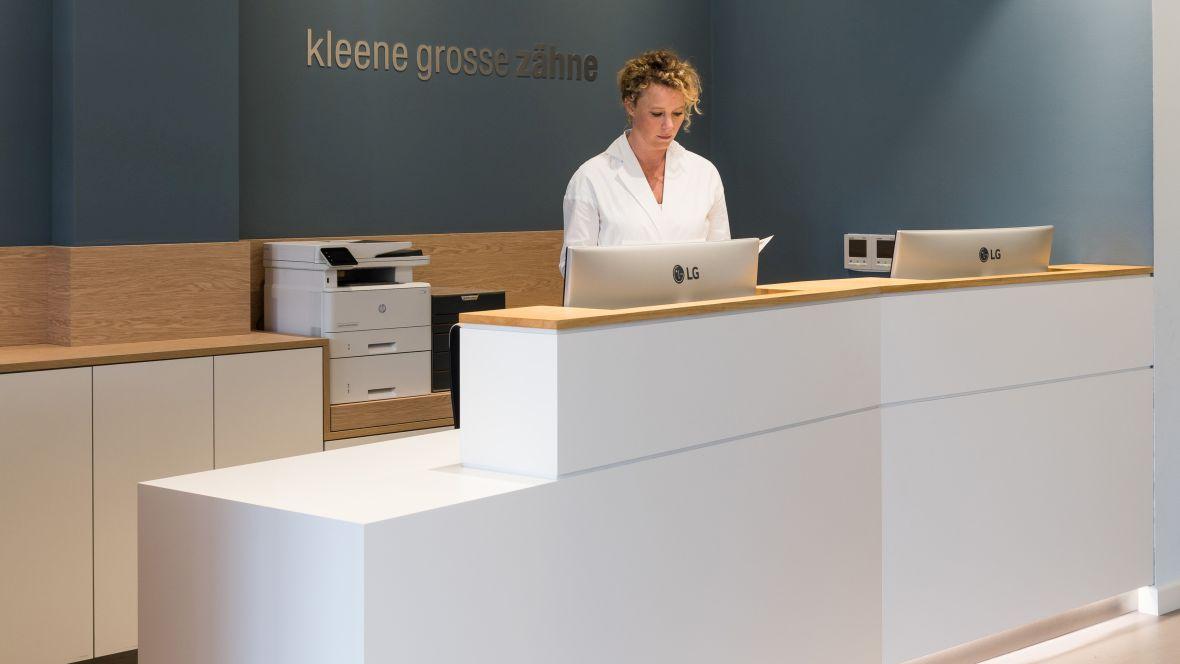 Zahnarztpraxis Kleene Große Zähne Berlin Steglitz Empfangstresen – Forbo Marmoleum Concrete