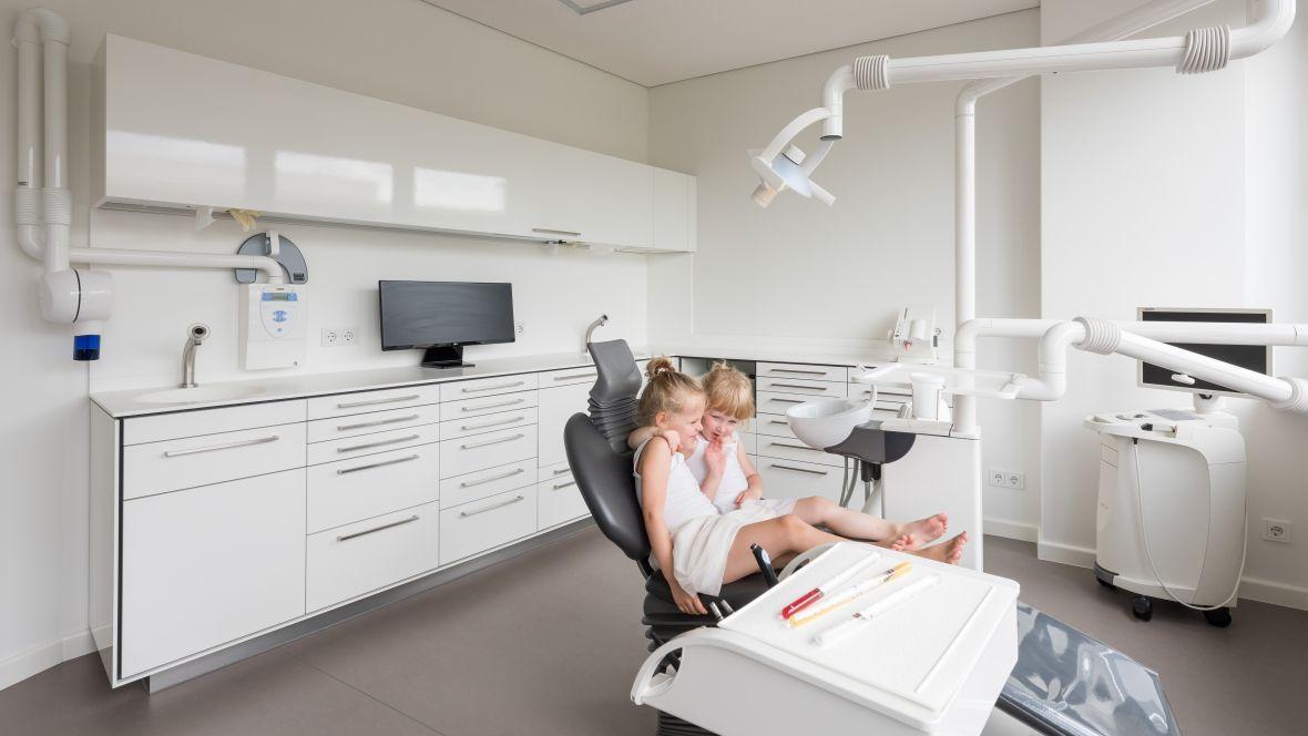 Zahnarztpraxis Kleene Große Zähne Berlin Steglitz Kinder in Zahnarztstuhl – Forbo Marmoleum Concrete