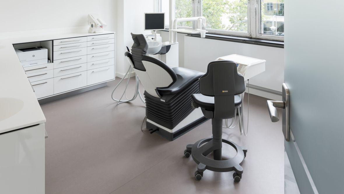 Zahnarztpraxis Kleene Große Zähne Berlin Steglitz Behandlungsraum – Forbo Marmoleum Concrete