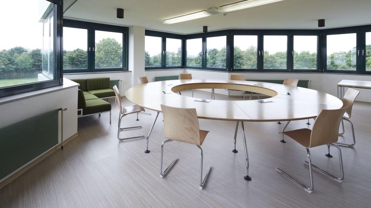 Berufsförderungswerk der Bauindustrie Kerpen Sitzungstisch mit Stühlen – Forbo Modular Lines