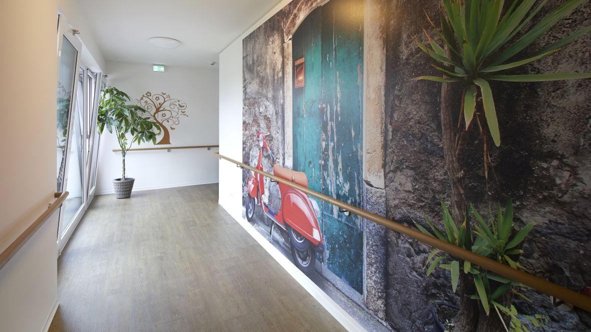 Ferdinand-Heye-Haus Düsseldorf Gang mit Handlauf – Forbo Allura Wood