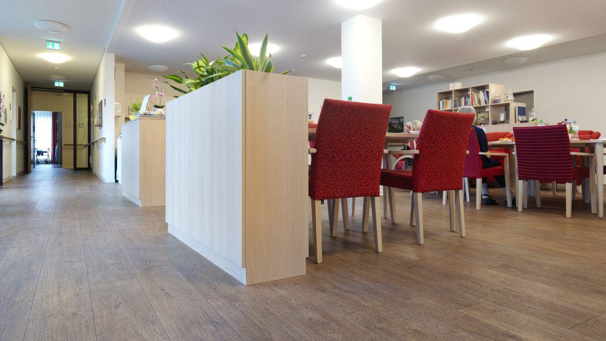 Ferdinand-Heye-Haus Düsseldorf Nahaufnahme Holzoptikboden im Gang – Forbo Allura Wood