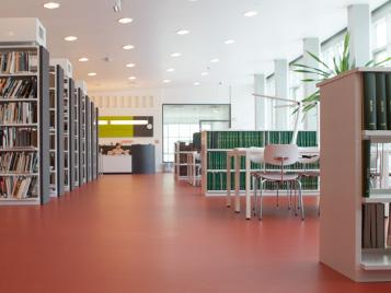 Bildungswesen: roter Forbo Linoleumboden in Bibliothek