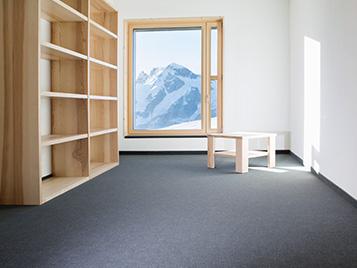 Gastro, Hotel und Freizeit: Hotelzimmer in den Alpen mit Holz Möbilierung.
