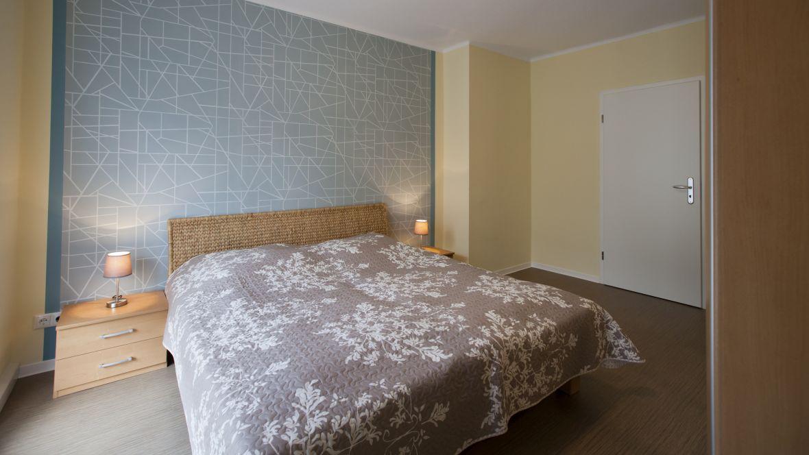Wohnungsgenossenschaft WG Riesa Schlafzimmer mit Bett – Forbo Allura Wood