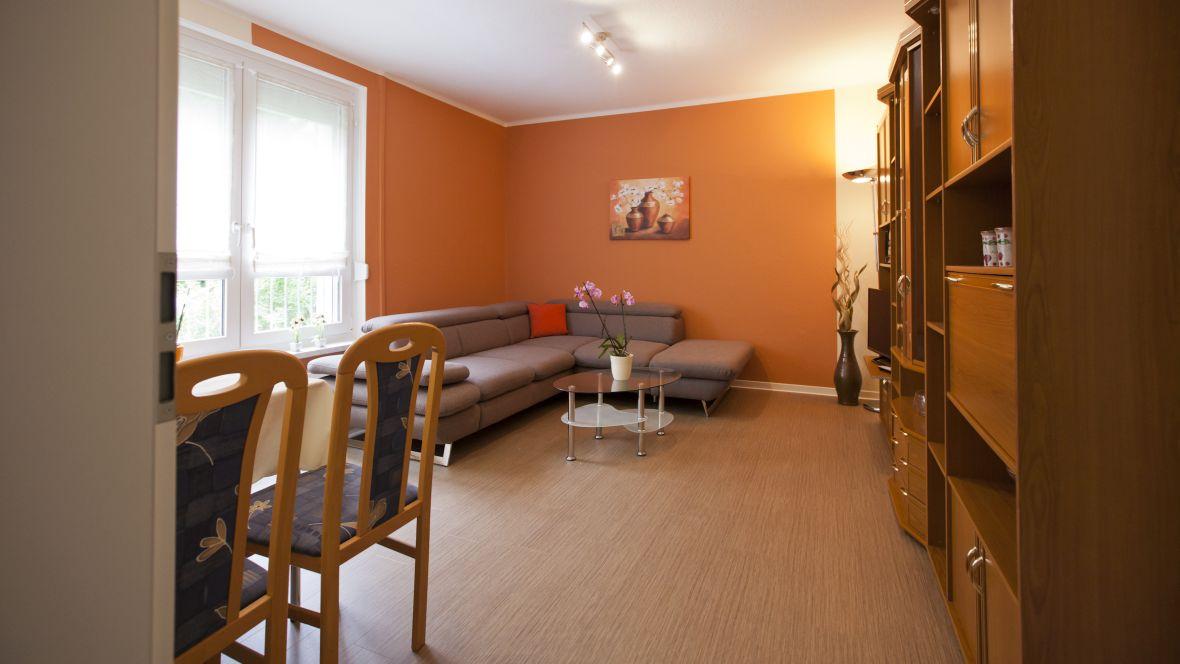 Wohnungsgenossenschaft WG Riesa Wohnzimmer mit Holzoptikboden – Forbo Allura
