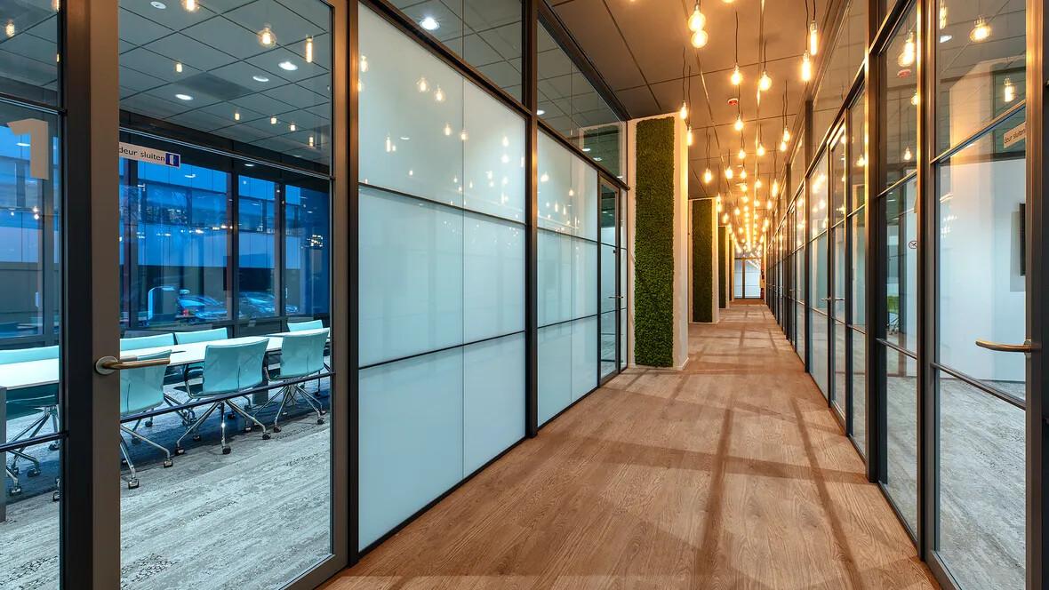 Flotex houtlook vloer in de gang van kantoor Stedin Delft