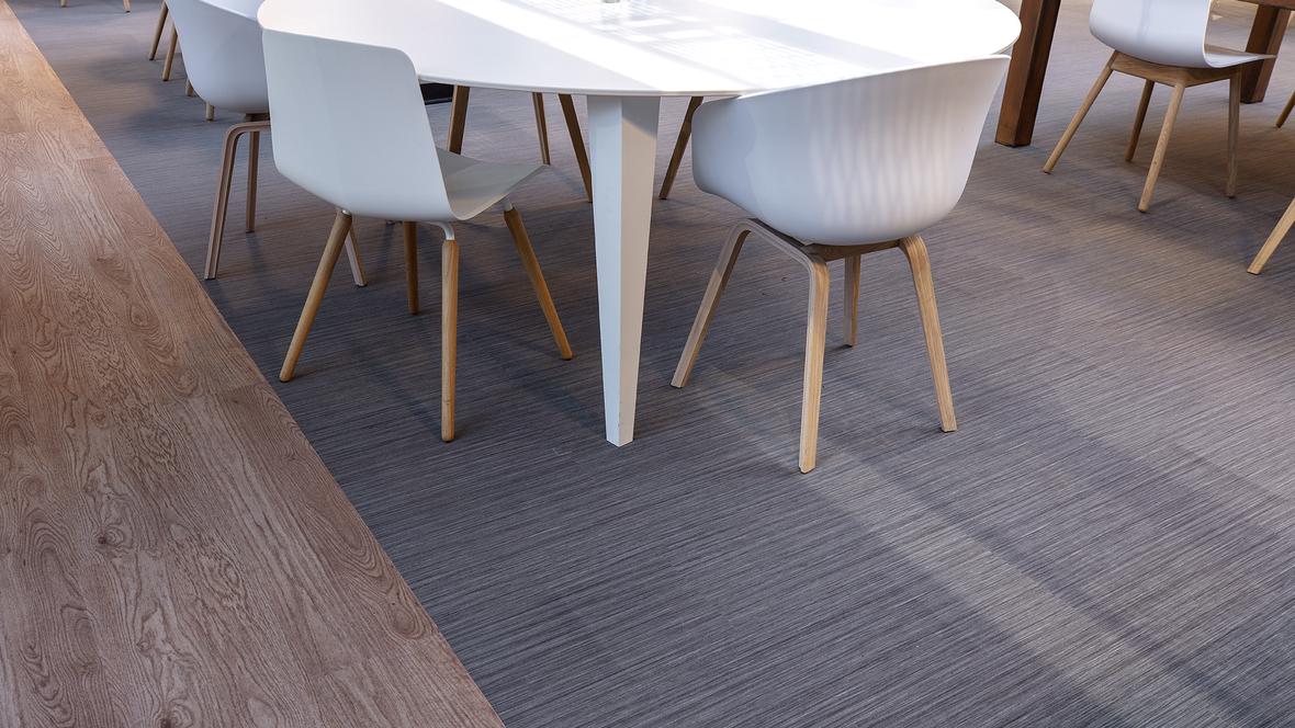 Detailfoto van overgang 2 soorten Flotex vloerbedekking in restaurant bij Stedin Delft