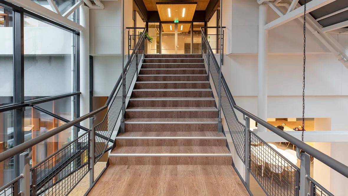 Flotex houtlook vloer op de trap in kantoorgebouw Stedin, Delft