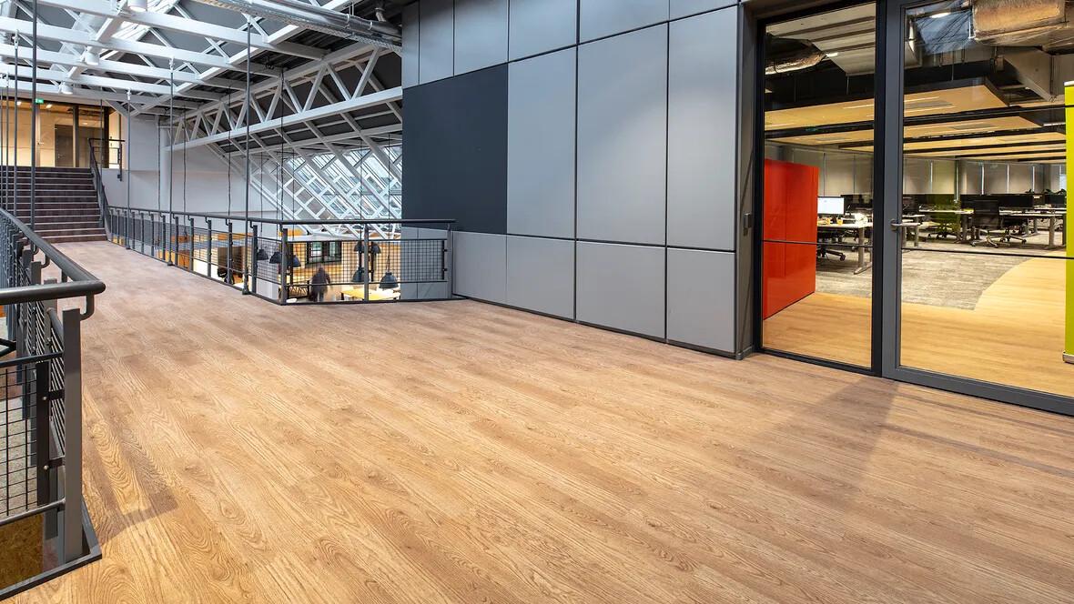 Flotex houtlook vloer in de gangen van kantoorgebouw Stedin, Delft
