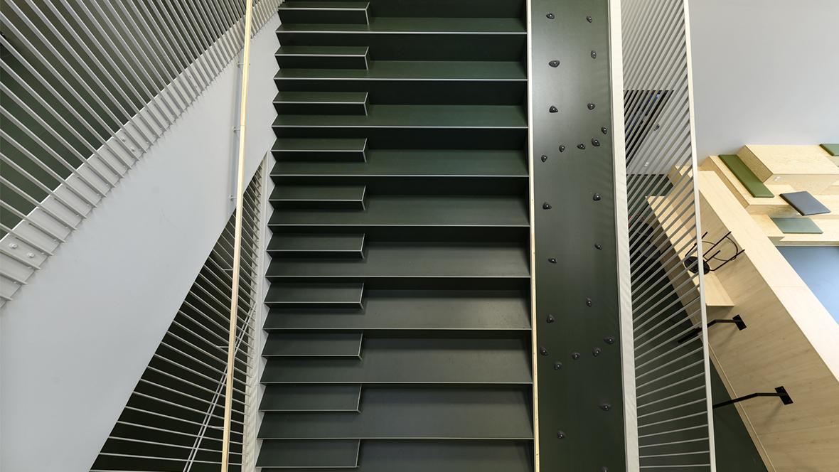 Lindbjergskolen Marmoleum Walton,3359, green staircase