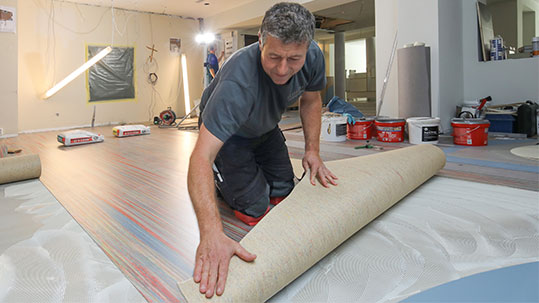 Installing sheet linoleum