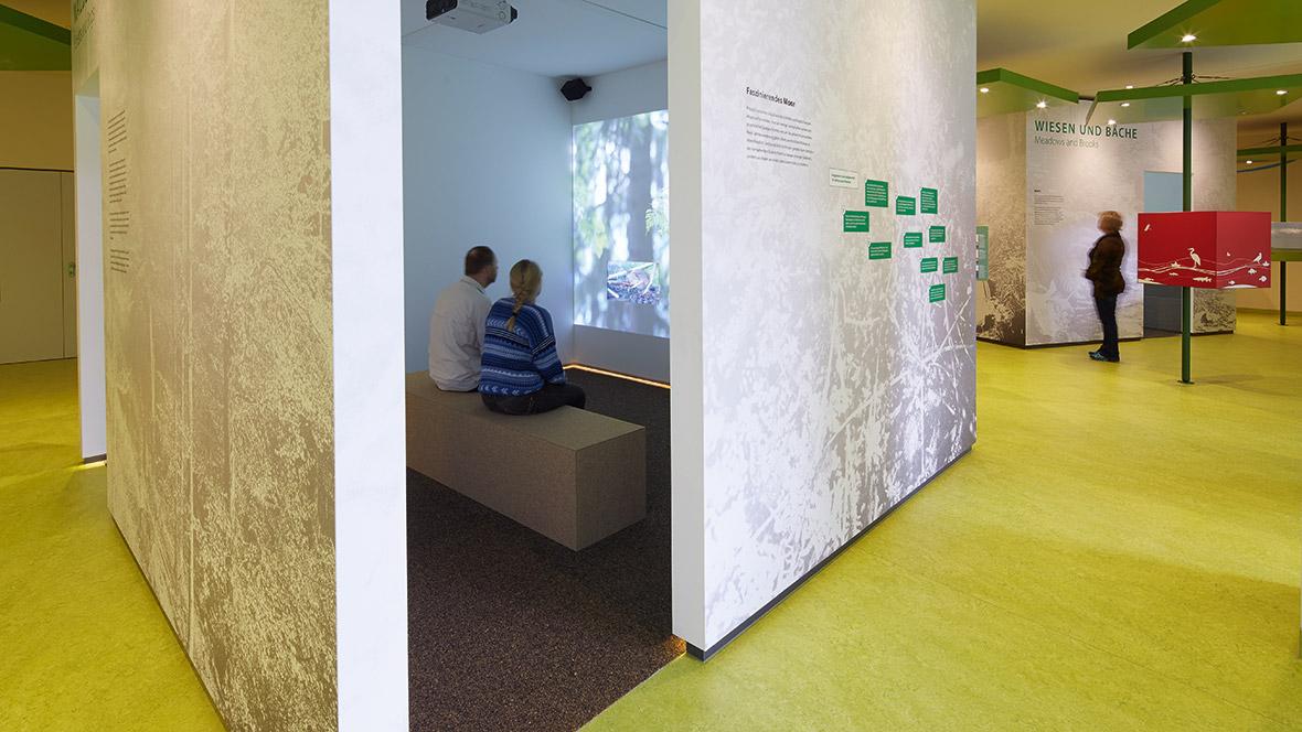 UNESCO-Biosphärenreservat Thüringer Wald Paar sitzt in Nische – Forbo Marmoleum Real