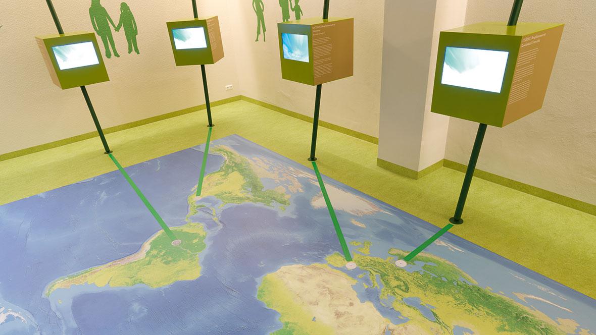 UNESCO-Biosphärenreservat Thüringer Wald Nahaufnahme von aufgedruckter Weltkarte am Boden – Forbo Eternal digital print