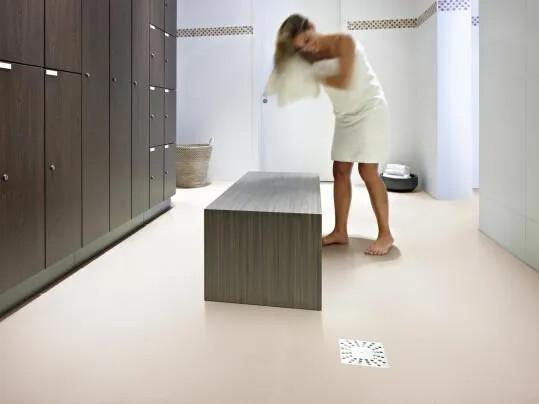 Step säkerhetsgolv från Forbo Flooring Systems i omklädningsrum