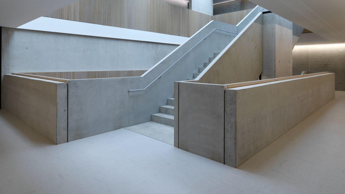 Gemeinschaftsschule Blaubeuren Treppenhaus im Sichtbeton-Look – Forbo Linoleum Modular