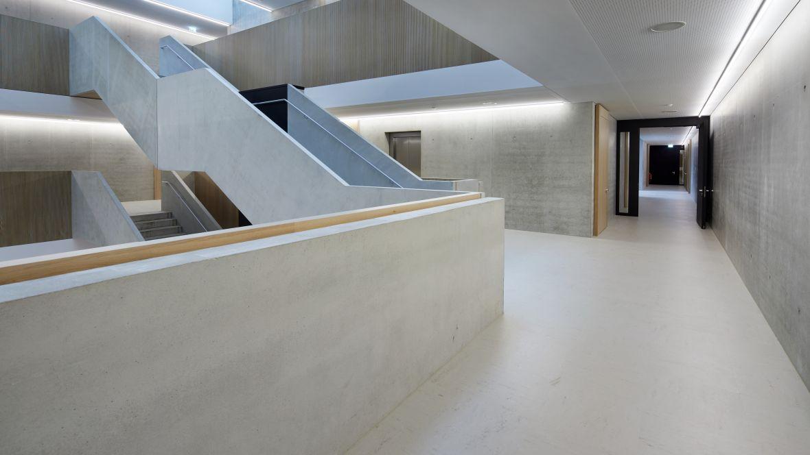 Gemeinschaftsschule Blaubeuren Flur zum Treppenhaus – Forbo Linoleum Modular