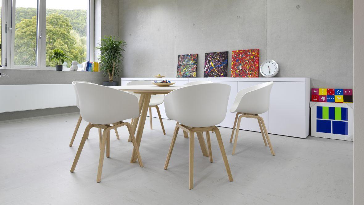 Gemeinschaftsschule Blaubeuren Sitzgruppe mit hellen Möbeln – Forbo Linoleum Modular