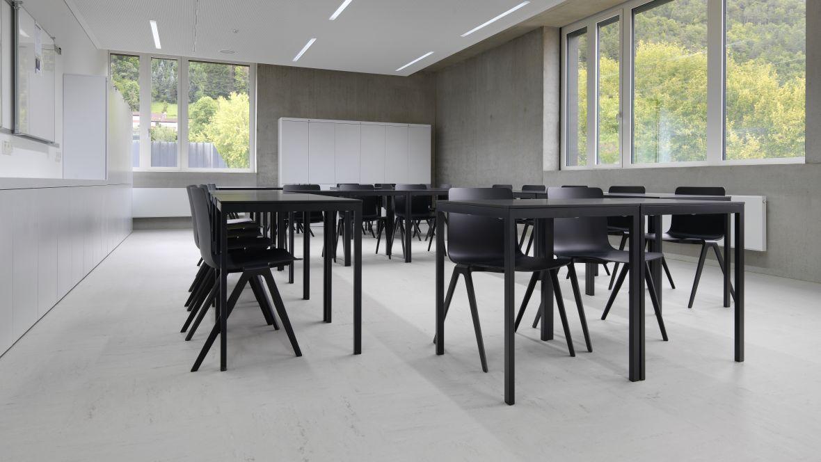 Gemeinschaftsschule Blaubeuren Klassenraum mit Betonoptik – Forbo Linoleum Modular