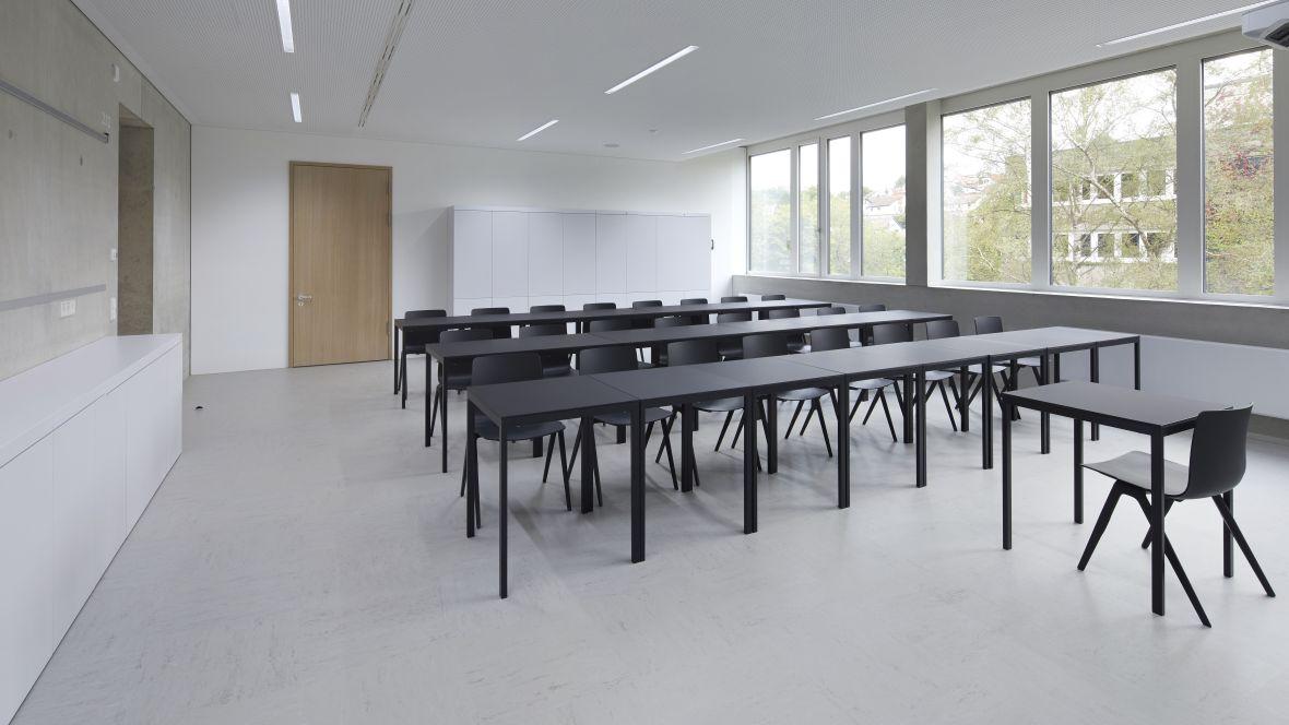 Gemeinschaftsschule Blaubeuren Klassenzimmer mit schwarzen Möbeln – Forbo Linoleum Modular