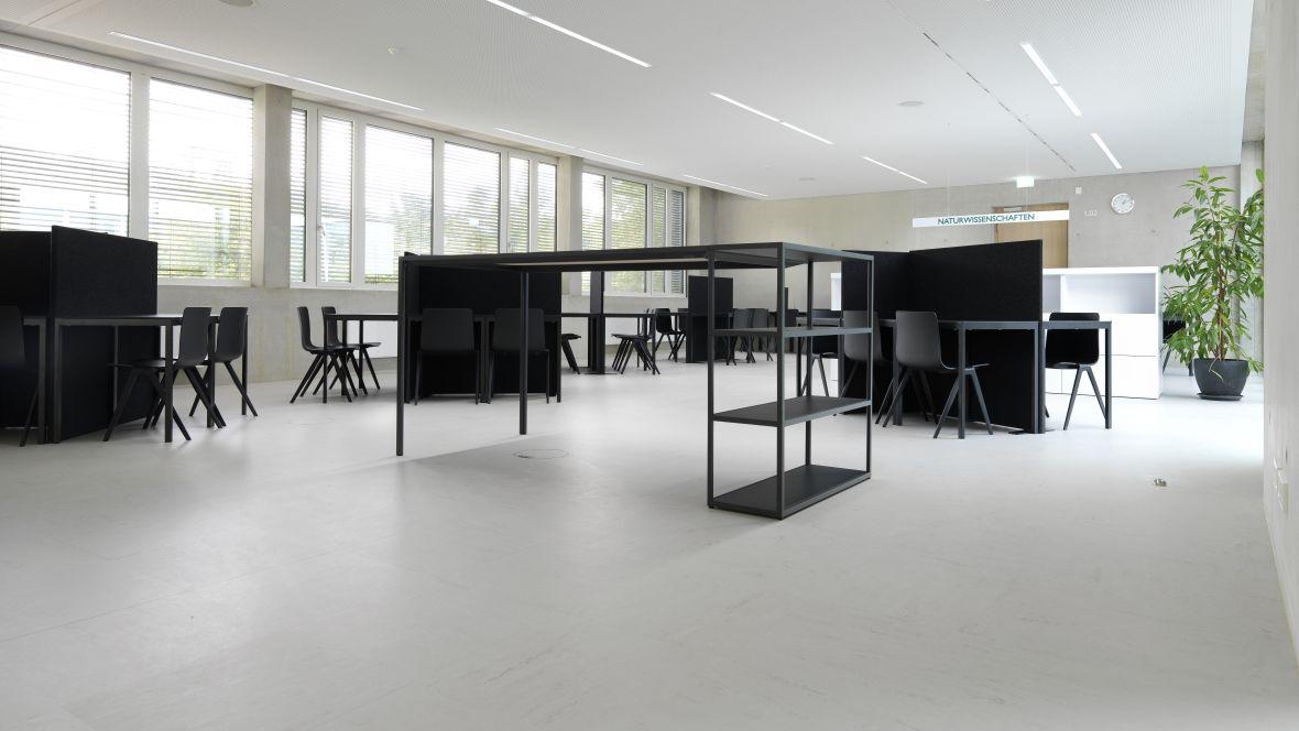 Gemeinschaftsschule Blaubeuren Tischgruppen Dunkel auf Betonoptik-Boden – Forbo Linoleum Modular