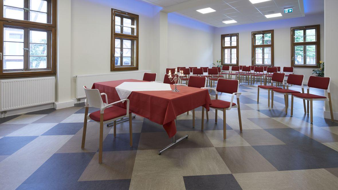 Standesamt Dransfeld Blick über Tisch in Amtszimmer – Forbo Linoleum Modular