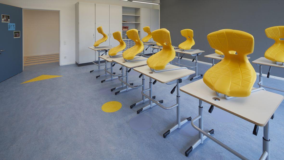 Von-Rothmund-Schule Bad Tölz Klassenzimmer mit blauem Boden – Forbo Marmoleum Real