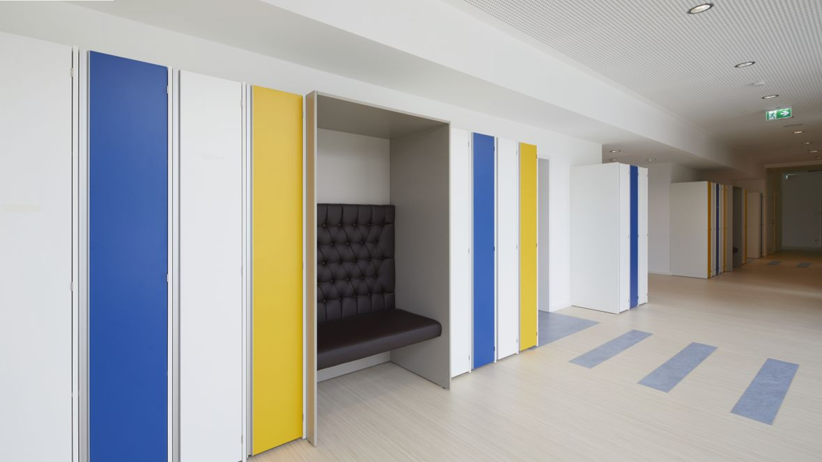 Von-Rothmund-Schule Bad Tölz Blick vom Flur ins Klassenzimmer – Forbo Marmoleum Real