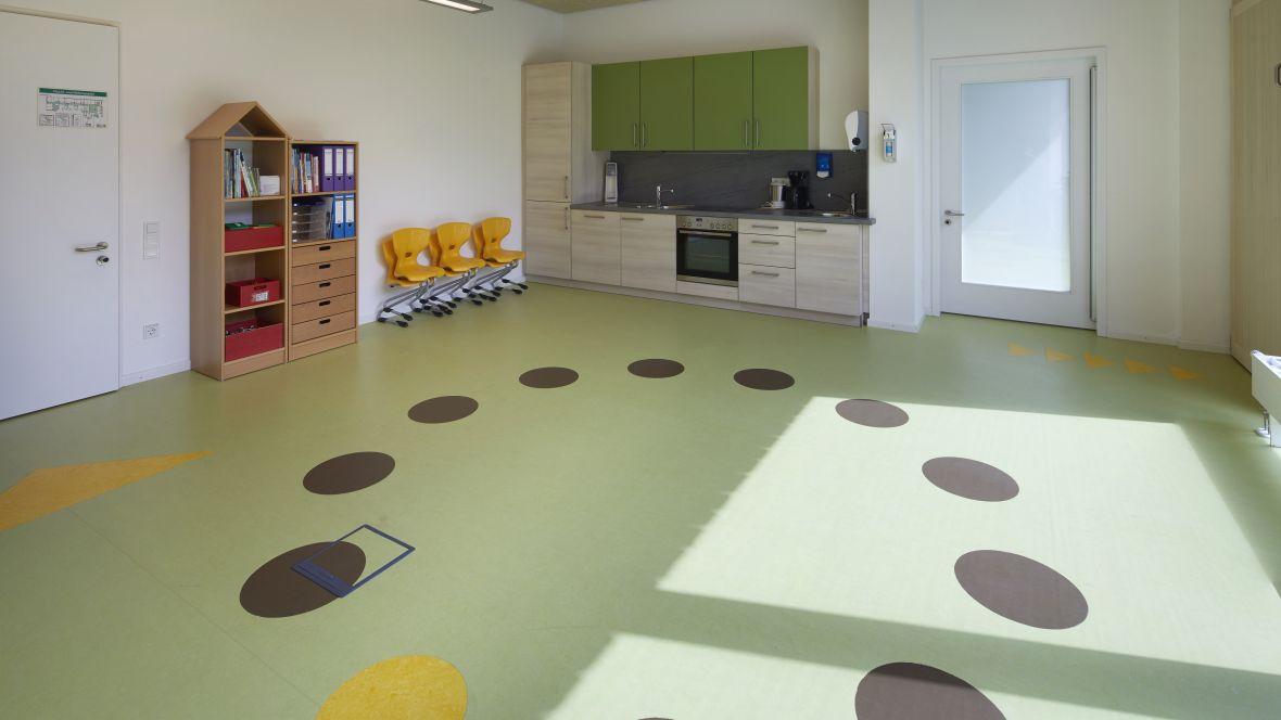 Von-Rothmund-Schule Bad Tölz Kreisförmige Intarsien in Fußboden – Forbo Marmoleum Real