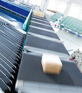 Belt merge with Siegling Transilon conveyor belts in a distribution center