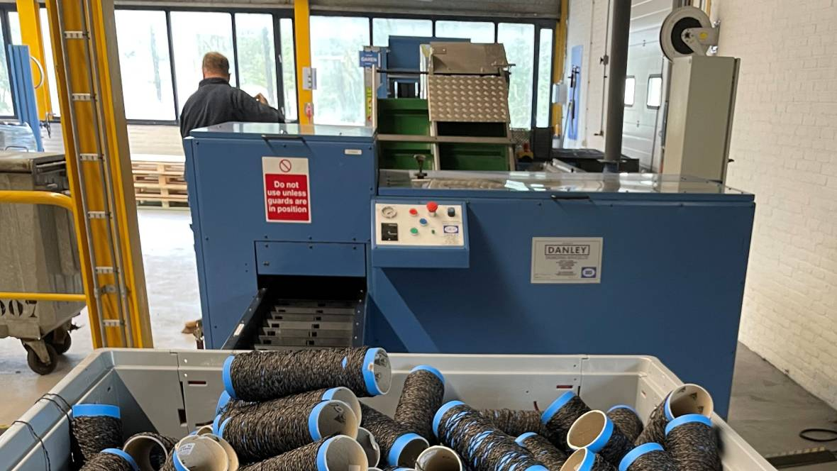 Coral factory - yarns put in the splitting machine